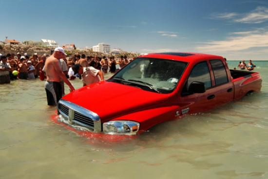 Una Camioneta Qued 243 Cubierta Por El Mar En Las Grutas